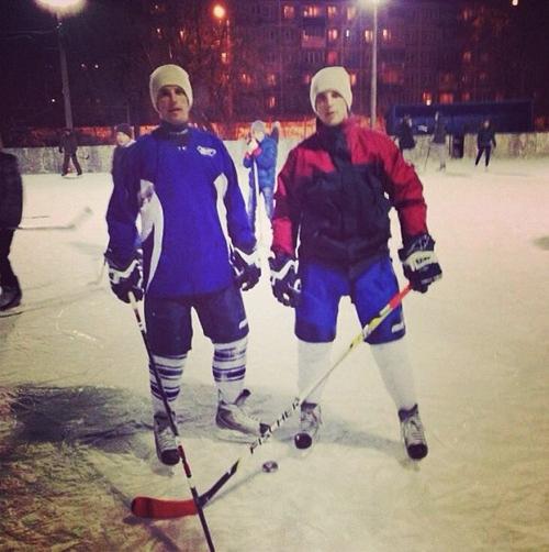 Братья Комбаровы решили поиграть в хоккей