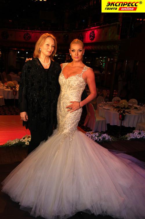 Как призналась Анастасия, шикарное праздничное платье ей подарил вовсе не бывший супруг. На фото - Анастасия ВОЛОЧКОВА с мамой (фото Ларисы КУДРЯВЦЕВОЙ).