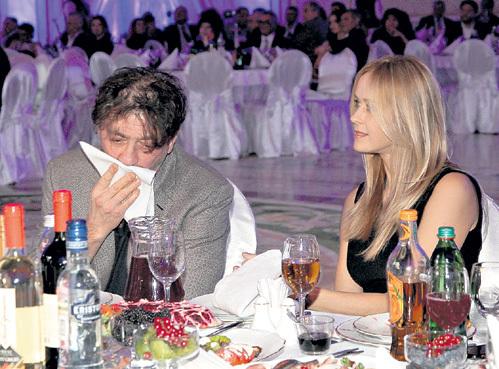 Вдоволь наплевав на журналистов, певец вытерся и вместе с женой Анной приступил к дегустации яств