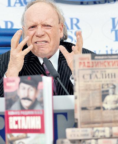 Популярный телеведущий Эдвард РАДЗИНСКИЙ рекламирует свой роман о вожде. Фото: РИА «Новости»