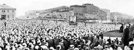 Похороны СТАЛИНА 9 марта 1953 года в Москве. В этот день плакали все: миллионы ненавидящих его - от радости, десятки миллионов - от горя