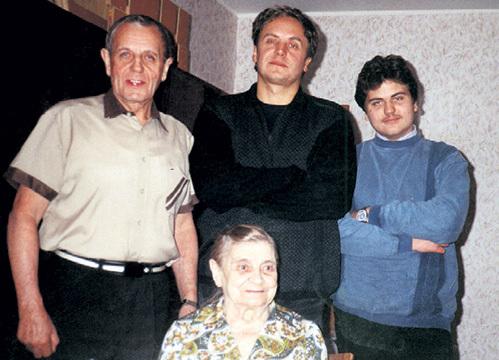 Папа актёра Алексей Сергеевич (слева) переживает, что Андрей (в центре) не общается со своим сводным братом Денисом (на фото с бабушкой)