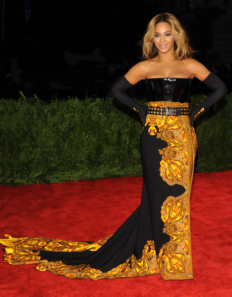 На недавнем балу Интститута Костюма роскошное платье от Живанши замаскировало округлившуюся фигуру звезды (фото Splash/All Over Press)