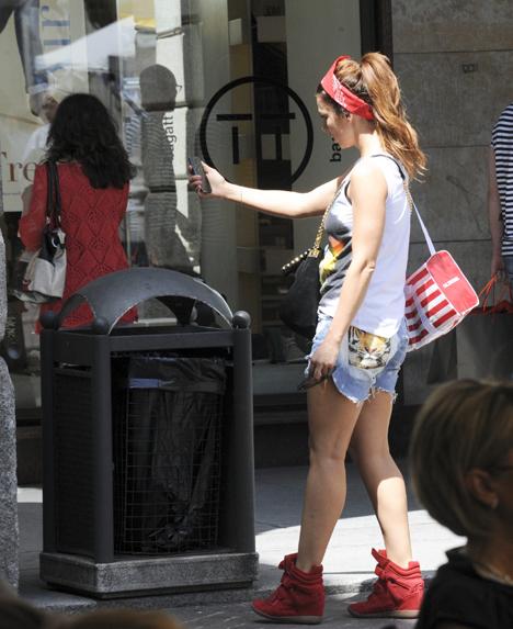 Запечатлев себя на фоне мусорки, Анна отправилась дальше (фото Splash/All Over Press)