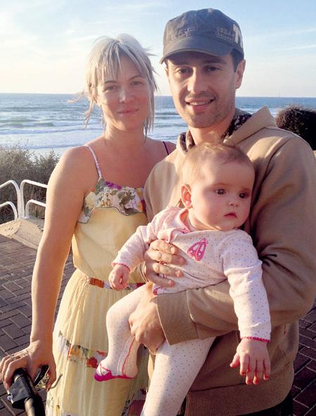 Долгожданное счастье: Вика, Антон и маленькая Машенька. Скоро всё семейство вернётся в Россию