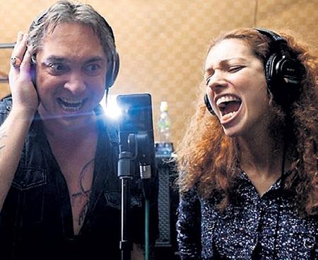Юлия поёт не только в концертах Сергея ШНУРОВА. На фото - она в студии записывает песню с «Горшком» (Михаилом ГОРШЕНЕВЫМ) из группы «Король и Шут». Фото: vk.com