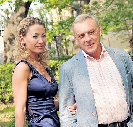 Новая женщина, из-за которой распалась семья Александра, моложе его почти на 25 лет