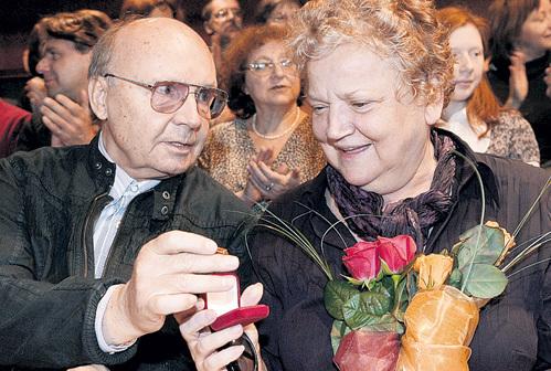Даже прожив со своей Асенькой полвека, актёр не устает её баловать подарками. Фото: РИА «Новости»