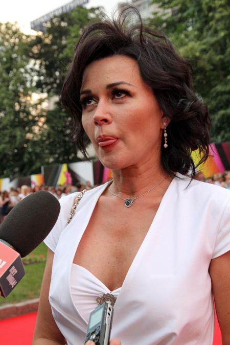 Анастасия Заворотнюк блеснула эффектным декольте // EG.RU: http://www.eg.ru/daily/cadr/39113/