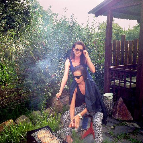 Ирина и её сестра Татьяна во дворе у бабушки