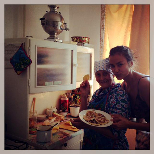 Бабушка балует Ирину оладушками