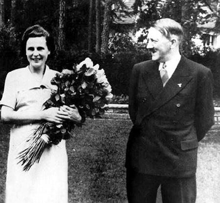 Даже бесноватый фюрер не требовал у репортёров, чтобы они визировали все фотографии (на фото - ГИТЛЕР с Лени РИФЕНШТАЛЬ)