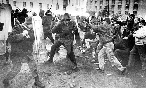 Неравный бой: десятки тысяч москвичей пытались пробиться на помощь осаждённому парламенту