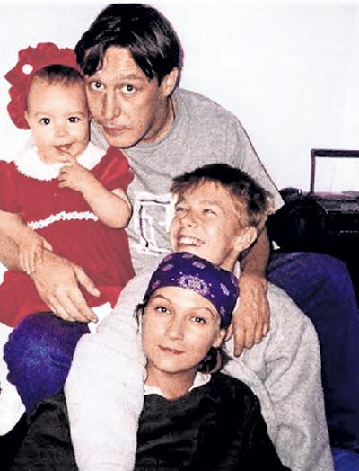 Семья №3: Анна-Мария, её родители — Михаил Олегович и Ксения КАЧАЛИНА и Никита, появившийся от взаимной страсти актёра и жены Антона ТАБАКОВА