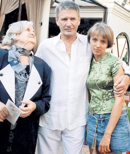 Александр боготворил мать, Людмилу Александровну (сейчас ей 92 года), и гордился приемной дочерью Ксенией