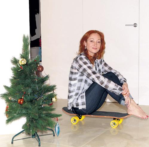 В просторной гостиной можно кататься на скейте