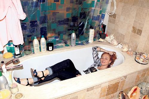 Если актриса заскучает, она наполнит ванну, погрузит на дно ракушки и будет чувствовать себя, как на египетском курорте!