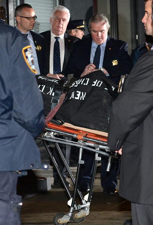 Тело актера увозят из его нью-йоркской квартиры.
