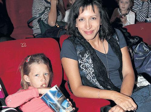 Шестилетняя дочь Елены БОРЩЕВОЙ Марта лакомилась попкорном