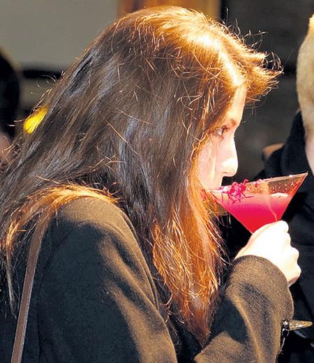 26-летняя звезда пока предпочитает легкомысленные девичьи коктейли. Фото Евгении ГУСЕВОЙ/«Комсомольская правда»