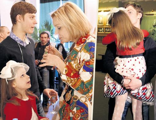Марина ЗУДИНА учит детей всегда быть искренними: получив награду от отца, Паша принялся обнимать сестрёнку Машу