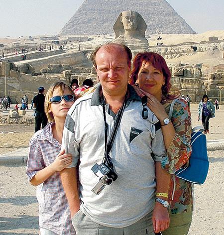 Борис Борисович обожает путешествовать (на фото он с семьёй в египетской долине Гизы)