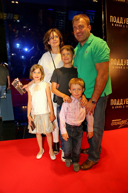 На премьеру «Поддубного» Михаил привёл почти всю семью: жену Ольгу, девятилетнюю дочку Машу и сыновей - 11-летнего Мишу и четырёхлетнего Петю
