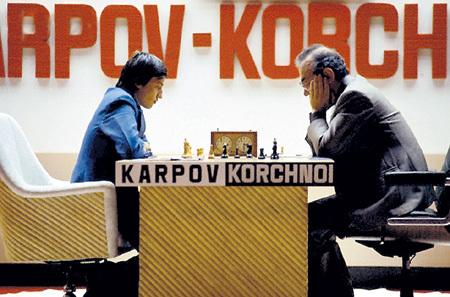 КОРЧНОЙ (справа) был единственным спортивным противником КАРПОВА,  которому тот отказался подавать руку - за публичное оскорбление своей  страны и своих секундантов