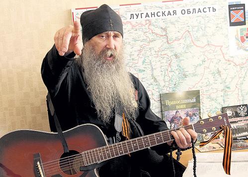 Схимонах ИЛИЯ действует по ситуации: он знает, когда на бойца лучше подействует слово Божье, а когда душевная песня