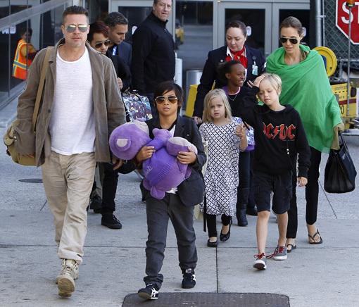 Нежные объятия: Анджелина Джоли и Брэд Питт с детьми