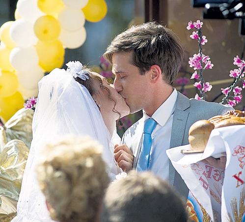 На съёмках Егор страстно лобызался с женой режиссёра - Юлей АЛЕКСАНДРОВОЙ, сыгравшей невесту. Фото: BAZELEVS