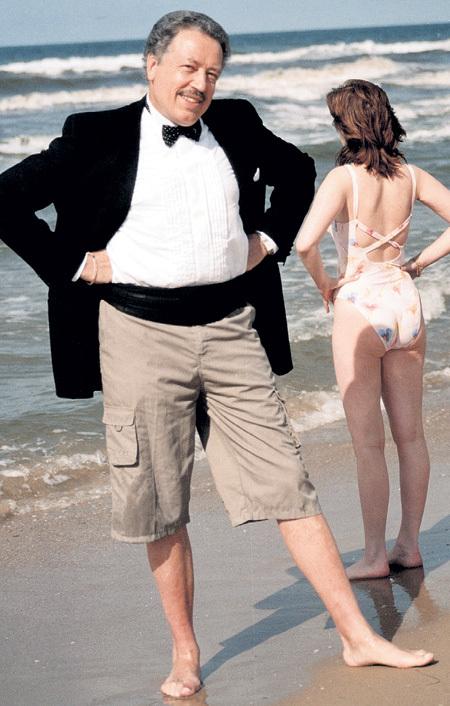 Даже во время пляжного отдыха БЭЛЗА не расставался с фирменными фраком и бабочкой