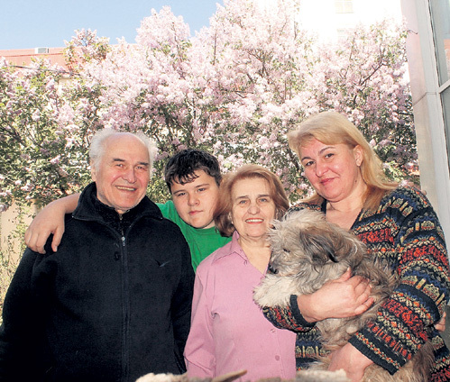 Мэтр с семьёй: внуком Домиником, супругой Натальей Павловной и дочерью Виорикой