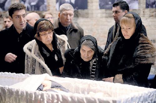 Родные и близкие у гроба Бориса Ефимовича. Вот их действительно искренне жаль!