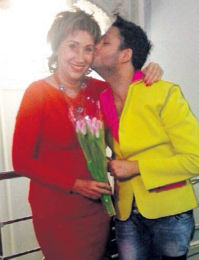 Заботливый дружок поздравил даму с 8 Марта букетиком и поцелуем