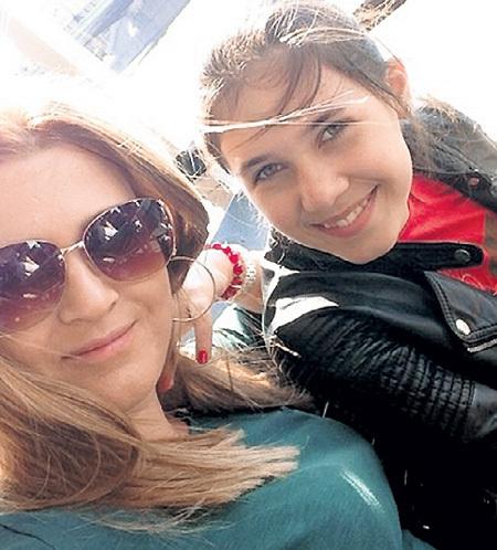 Юная звёздочка приехала в Москву вместе с мамой. Фото: Vk.com