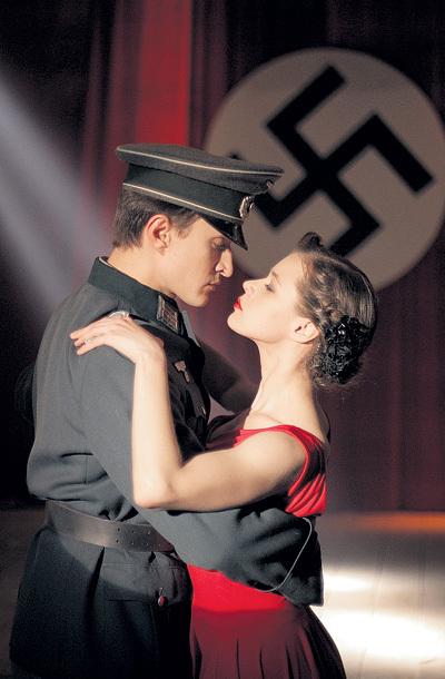 Героиня Катерины ШПИЦЫ для пользы дела ловко крутит любовь с фашистами