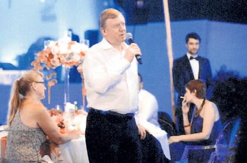 Анатолий Борисович спел для друзей любимую песню «Money, Money, Money»
