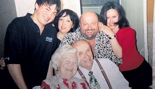 Вячеслав ВОЙНАРОВСКИЙ с родителями, женой Ольгой (вторая слева), дочерью Настей и сыном Игорем. Фото: krivoe-zerkalo.narod.ru