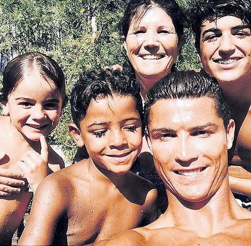 Пока до переезда в США дело не дошло, РОНАЛДУ наслаждается отдыхом на собственной вилле в пригороде Мадрида с пятилетним сыном Криштиану (рядом с папой), его друзьями-мальчишками и своей мамой Делорес
