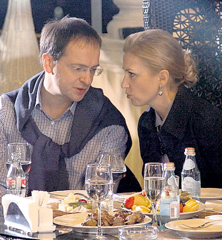 Марина Олеговна МЕДИНСКАЯ пыталась отвлечь супруга...