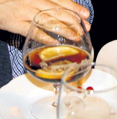 ...министр даже накидал себе в бокал лимонные дольки