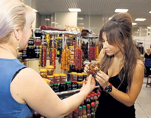 Ани ЛОРАК купила мужу банку мёда с орехами. Сами понимаете, для чего. Продавщица приговаривала: «Берите ещё! Будет стоять как вкопанный!»