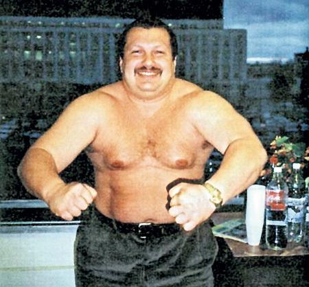 В начале «нулевых» Владимир весил около 150 кг (теперь - на 70 кило меньше). Секрет его прост: правильное питание (часто, но понемногу), побольше спать (не меньше 7 часов), раз в неделю сидеть на монопродукте (арбуз, слива, нежирный кефир)