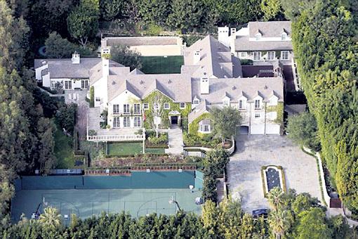 За поместье в Беверли-Хиллз хозяин хочет $50 миллионов. В 2007 году с тогдашней женой Кэти ХОЛМС актёр купил его за $30,5 миллиона