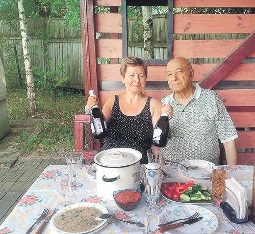 Проводить время на природе ЭТУШИ предпочитают со смаком (Фото: Facebook.com)