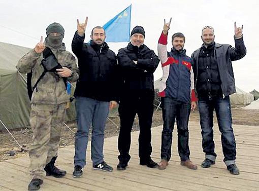 На прошлой неделе к татарским экстремистам, взорвавшим ЛЭП, приехали погостить ублюдки из турецкой организации «Серые волки». А Европа - ноль внимания! Фото: Uapress.info