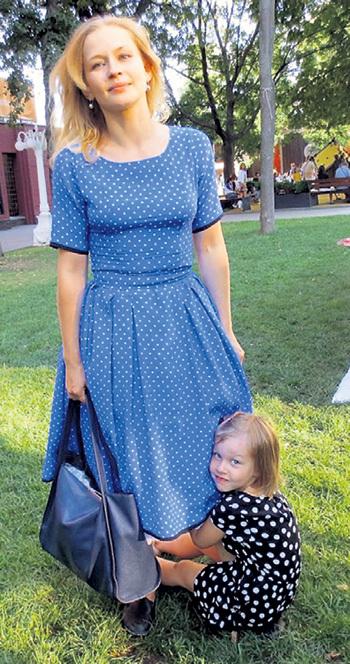 Старшая - Анечка - ни на шаг не отходит от своей знаменитой мамы. Фото: Facebook.com