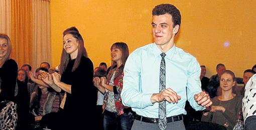 Когда ПЕРЕСИЛЬД приезжает в родную школу, там для неё устраивают настоящий праздник (на фото вместе с сотрудником школьного медиацентра Сергеем КОВАЛЁВЫМ). Фото: Vk.com