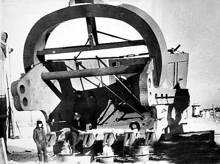 1976 год. «Давать стране угля» были призваны не только шахтёры, но и машины-гиганты. «Уралмаш» выпустил крупнейший шагающий экскаватор в СССР ЭШ100/100. Его продуктивность за год достигала 17 миллионов квадратных метров грунта